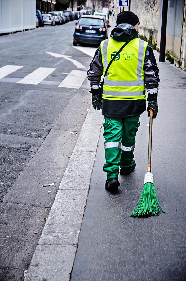 zielona miotla w Paryżu