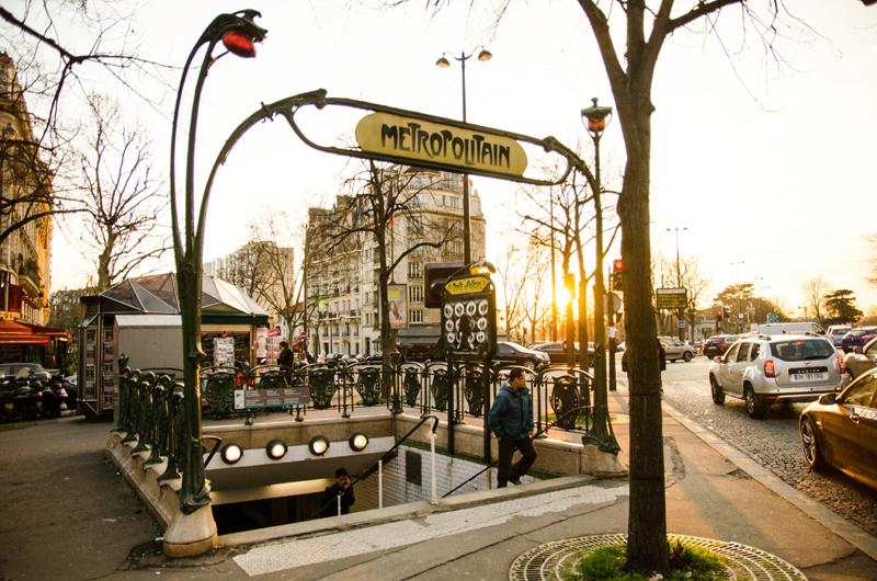 wejście do metra w Paryżu